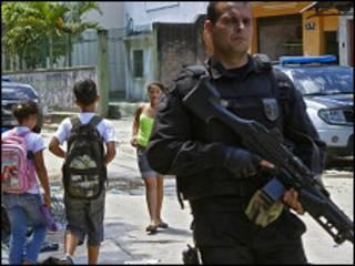 praticamente dois terços dos entrevistados (66,5%) definem como desrespeitoso o tratamento dispensado pelos policiais em suas abordagens. Foto: AFP