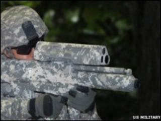 Американский солдат прицеливается из XM-25