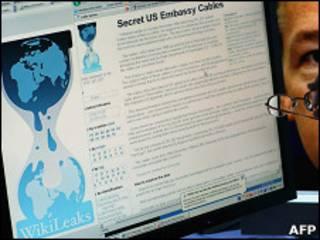 Экран компьютера, на котором показывается страница сайта Wikileaks