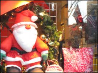 Санта Клаус в витрине магазина