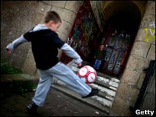 儿童踢足球
