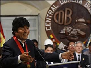 El presidente Evo Morales se dirige a los obreros de la Central Obrera Boliviana tras firmar la ley.