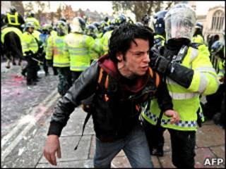 برخورد پلیس با لندن با دانشجویان معترض