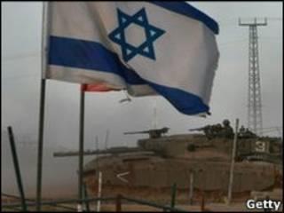 Израильский танк въезжает на территорию Газы