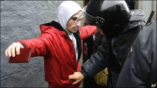 Милиционеры обыскивают смуглого мужчину в Москве 15 декабря