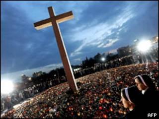 Жители Варшавы пришли почтить память после гибели президента страны