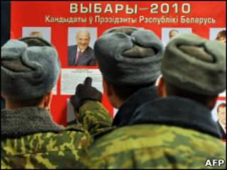 Военные на избирательном участке
