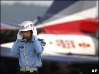 Пилот китайской авиации рядом с истребителем J-10