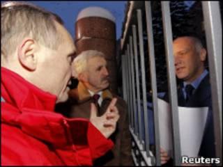 Владимир Некляев и Григорий Костусев у здания прокуратуры