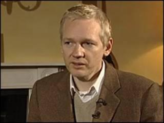 Julian Assange durante entrevista