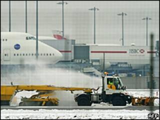 Sân bay Heathrow tại Anh bị đình trệ vì tuyết dày