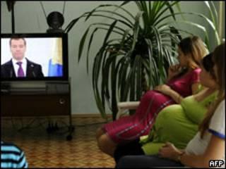 Беременные женщины смотрят по телевизору послание Дмитрия Медведева Федеральному собранию