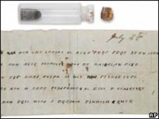 A garrafa e a mensagem que continha (Foto: AP/Museum of the Confederacy)