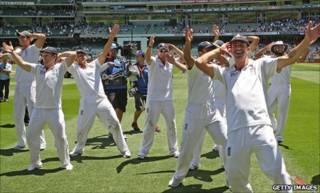 ऐशेज़ की जीत की ख़ुशियाँ मनाते इंग्लैंड के खिलाड़ी