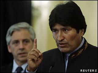 Evo Morales e o vice-presidente Álvaro Garcia Linera, durante anúncio em La Paz