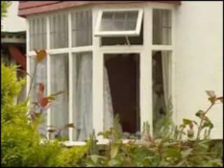 Janela por onde meninas escaparam de incêndio (Foto: Reprodução de vídeo da BBC News)