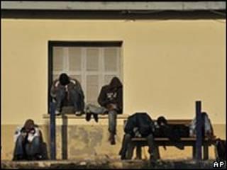Imigrantes detidos na fronteira entre Grécia e Turquia