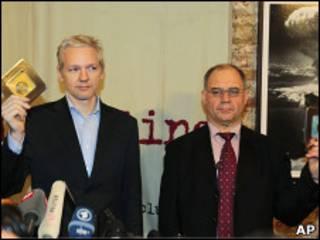 Джулиан Ассандж и Рудольф Элмер позируют с компакт-дисками