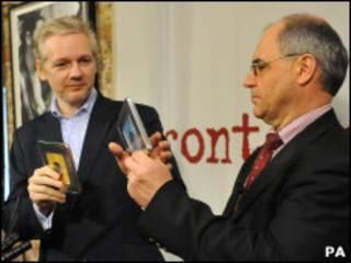 Assange (esquerda) e Elmer
