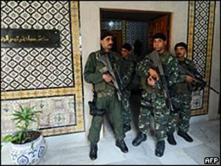 Guarda-costas presidenciais no gabinete de governo em Túnis (AFP)