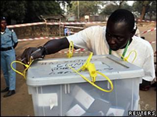 Autoridade eleitoral checa os selos de fechamento de urna em Juba, sul do Sudão (Reuters)