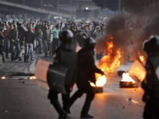 Manifestantes egípcios enfrentam a polícia