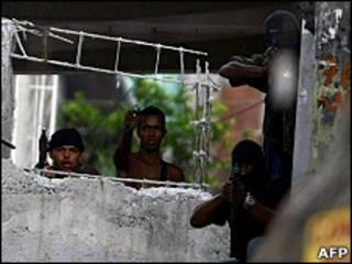 Criminosos no Morro do Alemão (arquivo/AFP)