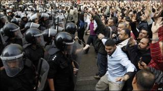 Полиция и демонстранты в Каире