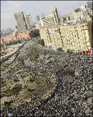 Milhares de manifestantes tomaram a praça Tahrir no Cairo (AFP)