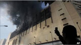 مصري يستخدم جهاز الهاتف المحمول