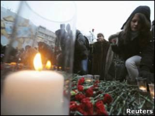 Цветы в память о погибших в Домодедове