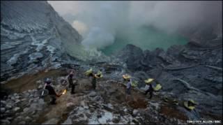 Mineiros no vulcão Ijen, na Indonésia