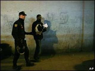 Imigrante detido pela polícia na Espanha/AP