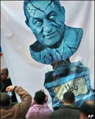 Плакат с треснувшей статуей Мубарака
