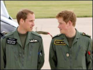 Príncipes William e Harry (à direita)