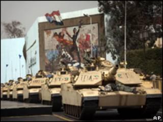 Tanques militares circulam no Cairo nesta terça