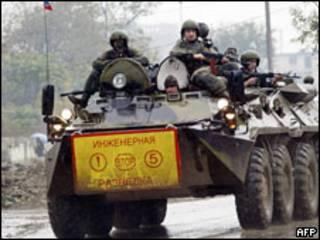 Российские солдаты на бронетранспортере в Грозном