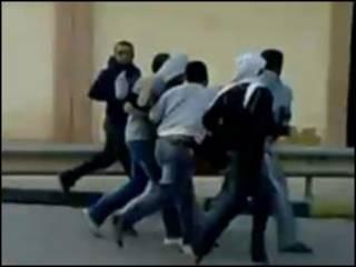 Manifestantes fogem de disparos em Benghazi