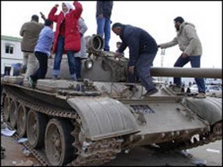 Người biểu tình Libya trèo lên xe tăng ở Benghazi