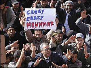 Manifestantes contra o líder líbio Muamar Khadafi (AP)