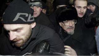 Милиция задерживает Эдуарда Лимонова