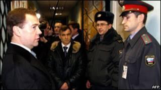 Медведев беседует с милиционером