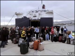 Passageiros evacuados de Benghazi após desembarcarem na Grécia