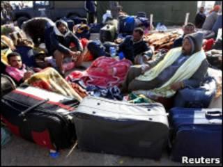 Refugiados egípcios na fronteira da Líbia com a Tunísia