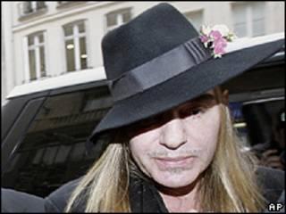 John Galliano chega a audiência em Paris na segunda-feira (AP)