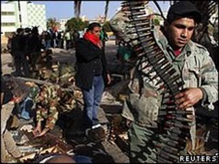 Milícia rebelde em Benghazi (Reuters)