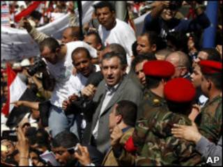 Essam Sharaf caminha entre a multidão na Praça Tahrir
