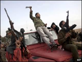 Rebeldes em Bin Jawwad, perto de Ras Lanuf