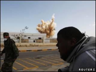 Rebeldes observam ataque aéreo em Ras Lanuf
