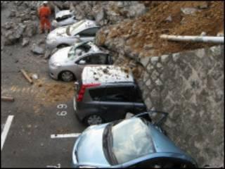 Carros esmagados por terremoto no Japão